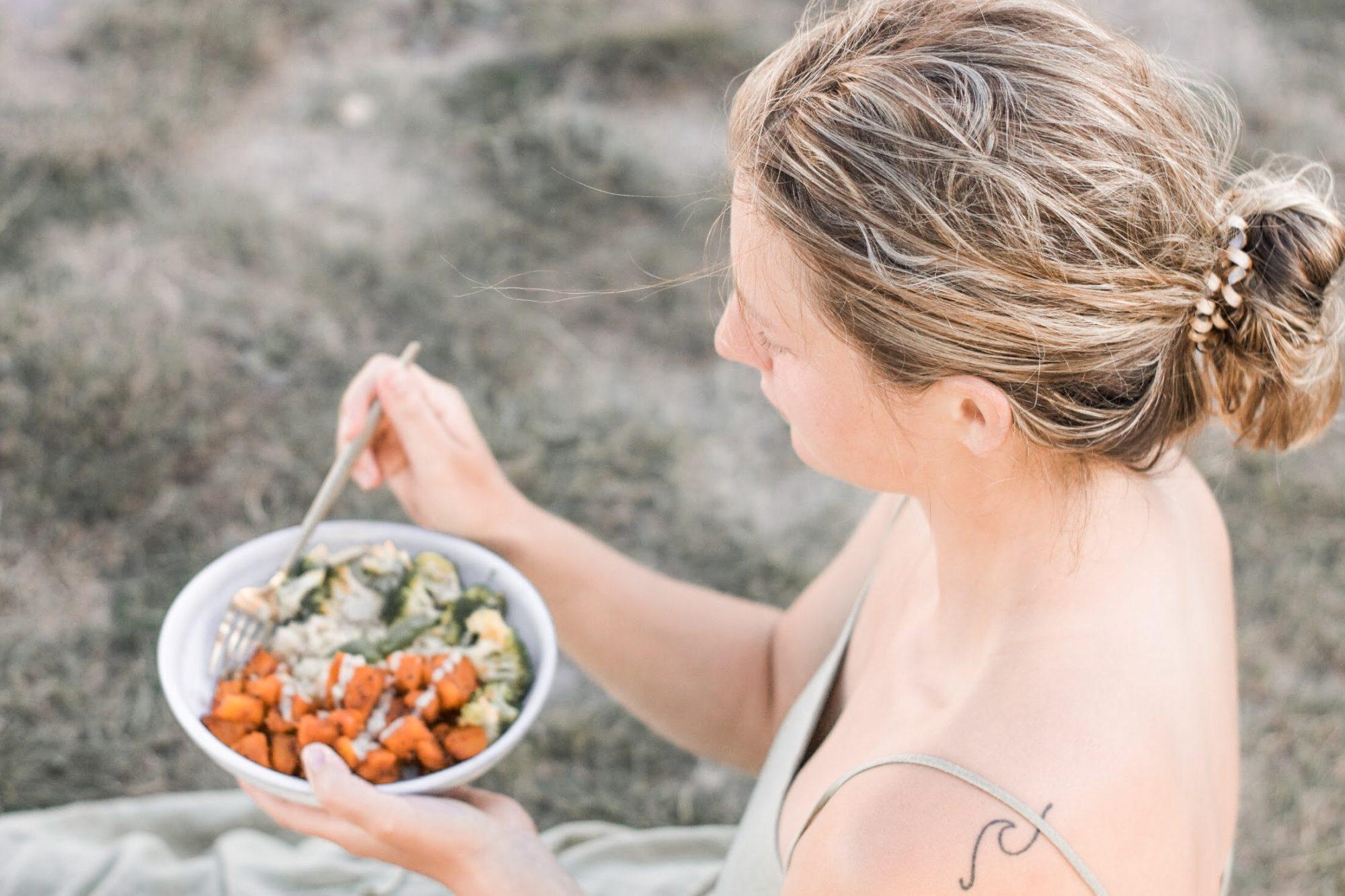 Girl_Eating_Salad
